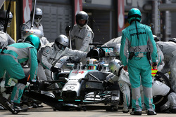 Lewis Hamilton, Mercedes AMG F1 Team during pitstop