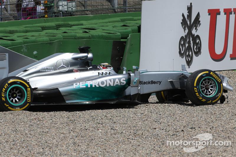Lewis Hamilton, Mercedes AMG F1 W05 has big crash