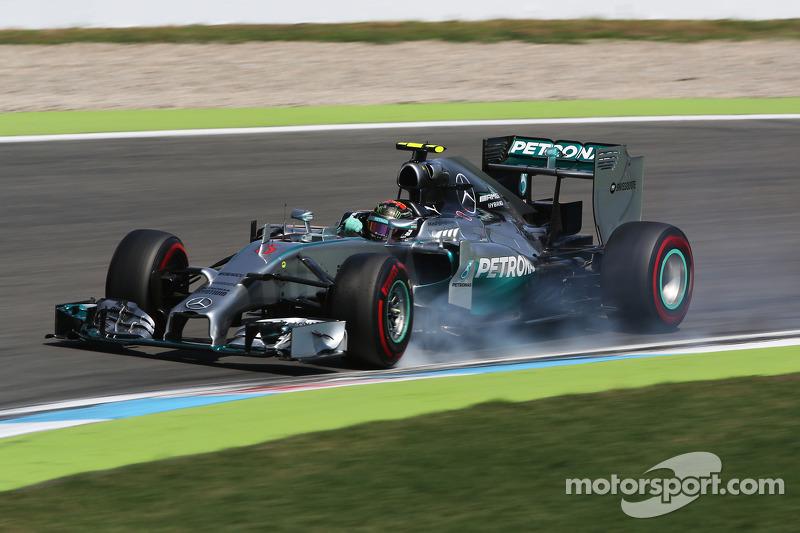Nico Rosberg, Mercedes AMG F1 W05 locks up under braking