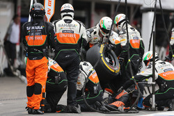 Sahara Force India Formula One Team mechanics during pitstop