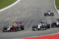 Daniel Ricciardo, Red Bull Racing RB10 and Lewis Hamilton, Mercedes AMG F1 W05 battle for position