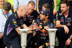 F1: Daniel Ricciardo, Red Bull Racing celebrates with Adrian Newey, Red Bull Racing Chief Technical Officer and the rest of the team