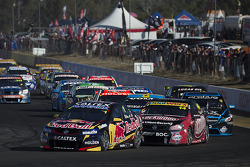 V8SUPERCARS: Start: Jamie Whincup, Red Bull Holden leads