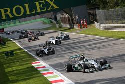 Start: Nico Rosberg leads