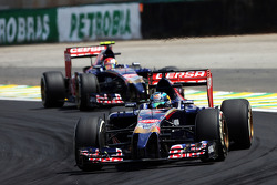 Jean-Eric Vergne, Scuderia Toro Rosso STR9 leads team mate Daniil Kvyat, Scuderia Toro Rosso STR9