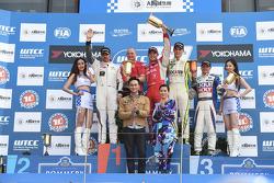 Winner race 2 Robert Huff, LADA Granta 1.6T, LADA Sport, 2nd Yvan Muller, Citroen C-Elysee WTCC, Citroen Total WTCC, 3rd Hugo Valente, Chevrolet RML Cruze TC1, Campos Racing