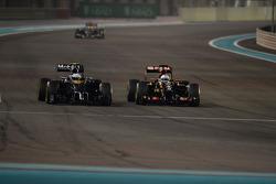Kevin Magnussen, McLaren MP4-29 and Romain Grosjean, Lotus F1 E22 battle for position