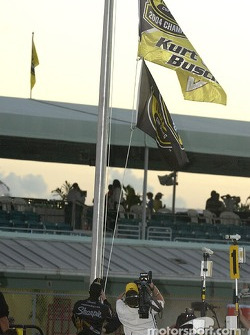 2004 NASCAR NEXTEL Cup champion Kurt Busch raises the champion's flag