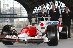 Mike Gascoyne, Luca Marmorini and Keizo Takahashi with the Toyota TF105