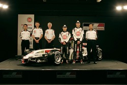 Shoichi Tanaka, Nick Fry, Geoff Willis, Takuma Sato, Jenson Button and Takeo Kiuchi with the new BAR Honda 007