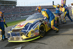 Late pitstop for Kyle Busch