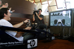 Williams-BMW HP event at the Opera House in Sydney: Mark Webber tries racing sim