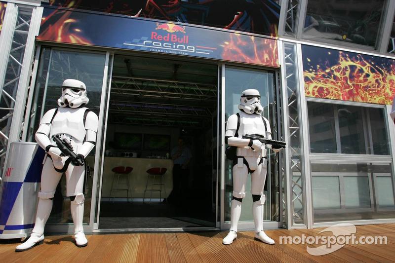Stormtroopers vor der Red Bull Racing Energy Station