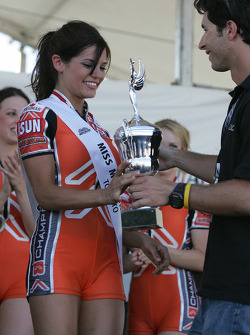 Bruno Junqueira presents the trophy to the Miss Molson Indy 2005 winner