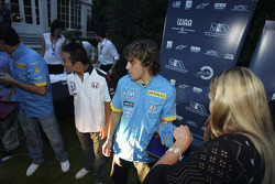 Fernando Alonso has his hand painted