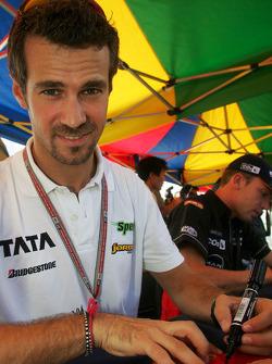 Autograph session: Tiago Monteiro
