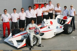 Photoshoot: Hayanari Shimoda poses with A1 Team Japan crew members