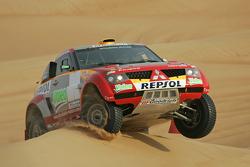 Test run in Dubai, UAE: Stéphane Peterhansel and Jean-Paul Cottret test the Mitsubishi Pajero Montero Evolution MPR12