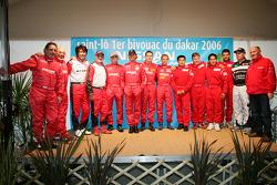 Team Nissan Dessoude presentation: family picture for the Team Nissan Dessoude drivers and co-drivers for the Dakar 2006