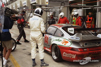 Pitstop for #73 Roock Racing Porsche 911 GT2: Manuel Mello-Breyner, Pedro Mello-Breyner, Tomas Mello-Breyner