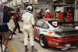 Pitstop for #73 Roock Racing Porsche 911 GT2: Manuel Mello-Breyner, Pedro Mello-Breyner, Tomas Mello-Breyner
