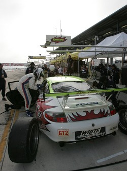 Pitstop practice for #31 Petersen/White Lightning Porsche 911 GT3 RSR: Jorg Bergmeister, Tim Bergmeister, Nic Jonsson
