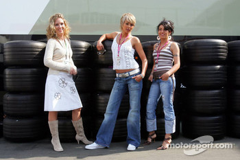 Photoshoot with Formula Unas girls