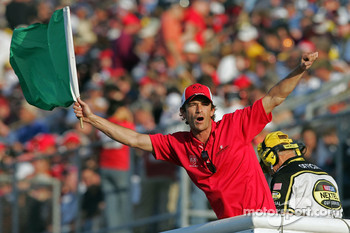 Luke Perry waves the green flag to start the Dodge Charger 500 at Darlington Raceway