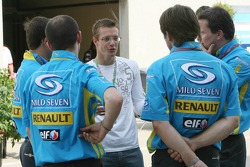 Sébastien Bourdais with Renault F1 team members