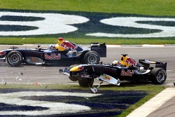 Crash at first corner: Christian Klien and David Coulthard