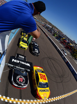 Start: Kevin Harvick, Stewart-Haas Racing Chevrolet and Joey Logano, Team Penske Ford lead