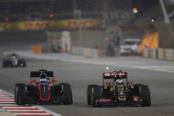 Fernando Alonso, McLaren MP4-30 and Pastor Maldonado, Lotus F1 E23 battle for position