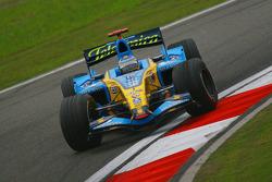 Fernando Alonso spins