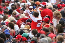 Talladega fans cheer as Kasey Kahne is presented
