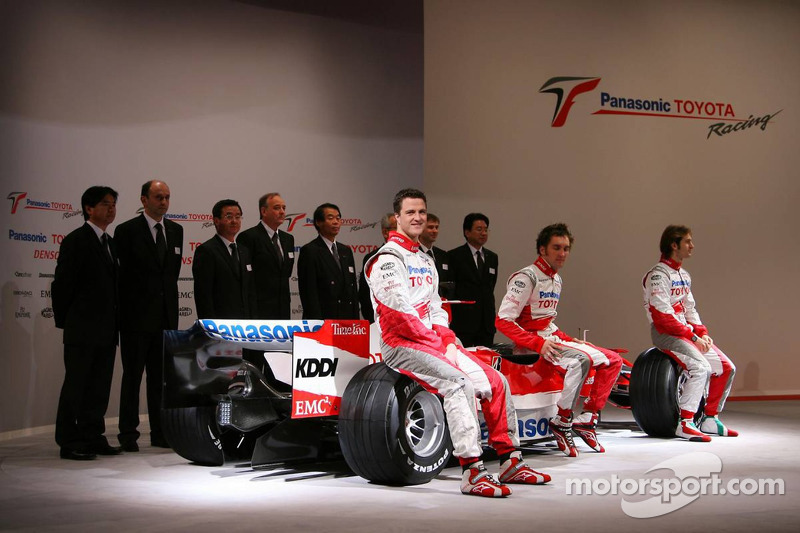 Jarno Trulli, Ralf Schumacher, Franck Montagny and Toyota Racing team members pose with the  with the Toyota TF107