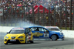 Yvan Muller, SEAT Sport, Seat Leon and Robert Huff, Team Chevrolet, Chevrolet Lacetti