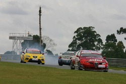 James Thompson, N Technology, Alfa Romeo 156, while Sergio Hernandez, Proteam Motorsport, BMW 320si WTCC, spins