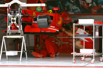 Scuderia Ferrari, mechanics work on the F2007 car
