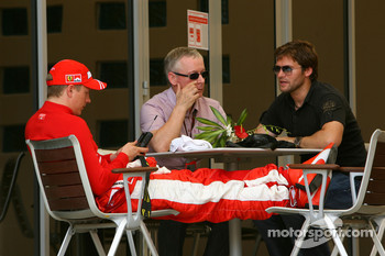 Kimi Raikkonen, Scuderia Ferrari watches kangeroo TV with his managers Steve Robertson and Dave Robertson