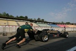 Mechanics pushing Katsuaki Kubota, Lotus 88B, to start the engine FIA-TGP Championchip