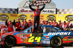 NASCAR-CUP: Victory lane: race winner Jeff Gordon celebrates