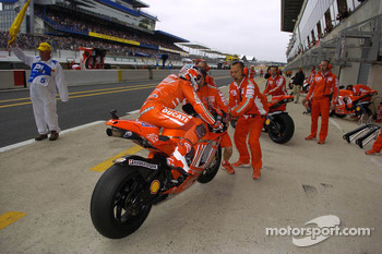 Casey Stoner swaps bikes