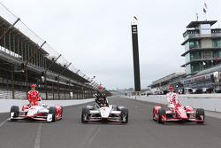Front row photoshoot: Simon Pagenaud, Team Penske Chevrolet, Will Power, Team Penske Chevrolet and polesitter Scott Dixon, Chip Ganassi Racing Chevrolet