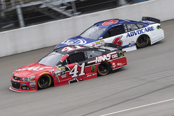 Kurt Busch, Stewart-Haas Racing Chevrolet and Trevor Bayne, Roush Fenway Racing Ford