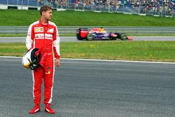 Sebastian Vettel, Ferrari SF15-T gepasseerd door Daniel Ricciardo, Red Bull Racing RB11