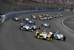 Simon Pagenaud, Team Penske Chevrolet leads the start