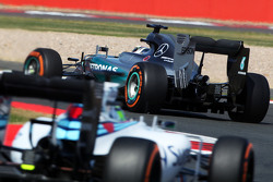 Lewis Hamilton, Mercedes AMG F1 W06 leads Felipe Massa, Williams FW37