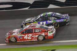 Kyle Larson, Ganassi Racing Chevrolet and Denny Hamlin, Joe Gibbs Racing Toyota