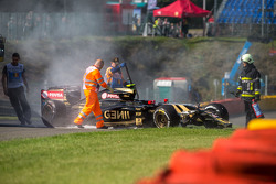 The damaged Lotus F1 E23 of Pastor Maldonado, Lotus F1 Team after he crashed in the first practice session
