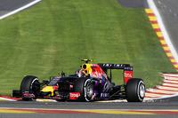 Formel 1 Fotos - Funkenschlag: Daniil Kvyat, Red Bull Racing RB11